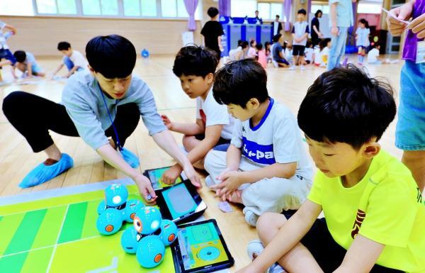 숙천초교 학생들을 대상으로 소프트웨어 교육 프로그램 진행 사진