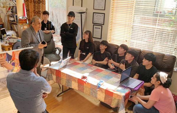 대구가톨릭대 학생들이 미국 실리콘밸리 입주 업체를 방문해 관계자의 설명을 듣고 있는 사진