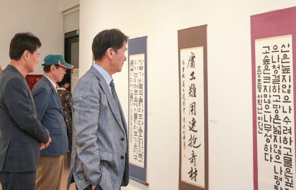 제5회 안중근 의사 유묵서예대전 수상작 전시회 관람객들의 작품 감상 사진